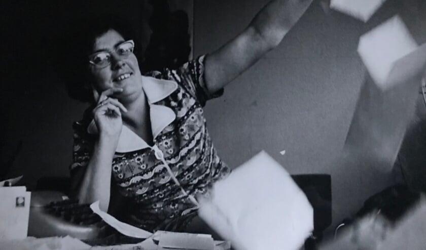 <p>Anke in 1971 strooiend met post en papieren</p>