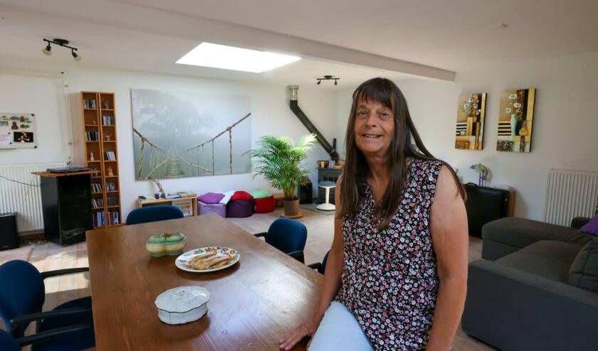 <p>Mayke Gorissen in haar Tuinkamer die voor iedereen openstaat.</p>