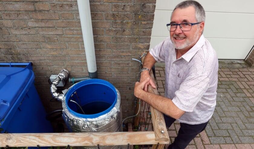 <p>Veldhovenaar Alex Lunter heeft een ingenieus systeem bedacht om water op te vangen voor de wc.</p>