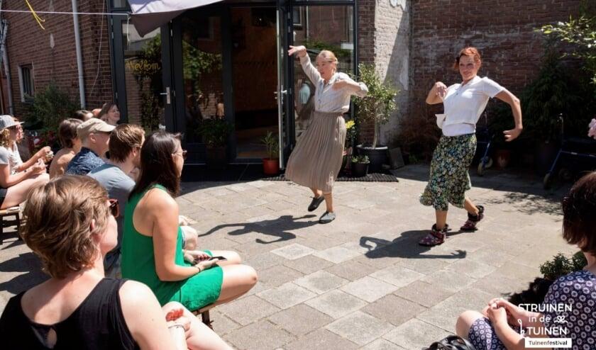 <p>Tijdens Gluren Bij de Buren verwelkomen gastvrije Delftenaren buurtgenoten in hun tuin met een lokale act.&nbsp;</p>
