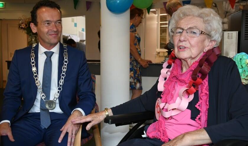 <p>Corrie.Boss-de Vries, de eerste honderdjarige in de geschiedenis van de Pelgromhof in gesprek met burgemeester Lucien van Riswijk. (foto: Ab Hendriks)</p>