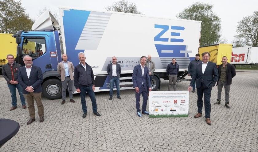 <p>De deelnemers van het consortium ZE Trucks Liemers Achterhoek. Foto: Walter Post.</p>