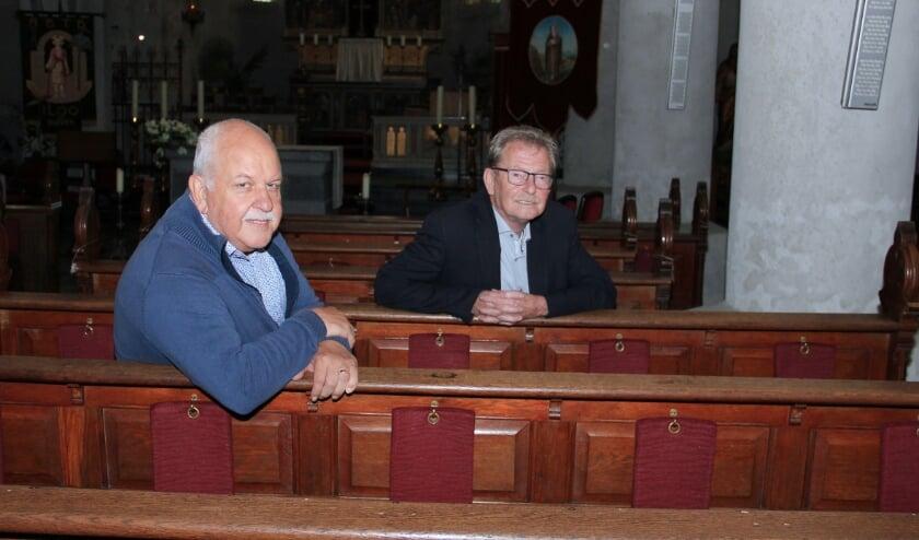 <p>Peter Koopmans (r) en Hennie Heijting van de Stichting Beheer Voormalig Kerkelijk Erfgoed Loo.</p>