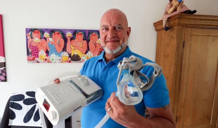 <p>Veldhovenaar Arjan Kruik met het beademingsapparaat van een bekend Eindhovens merk.</p>