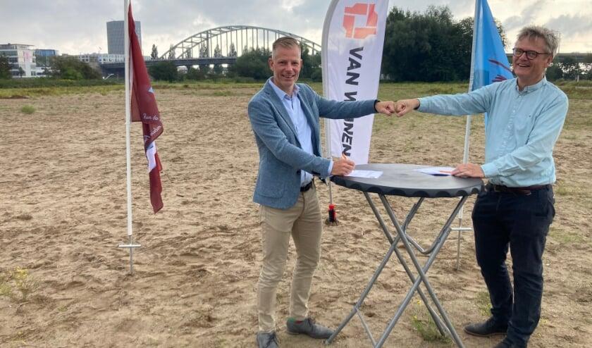 <p>Fabian Bovenlander, directeur Van Wijnen Arnhem (links) en Rune Aresvik, penningmeester van de Stichting Bridge to Bridge.&nbsp;</p>