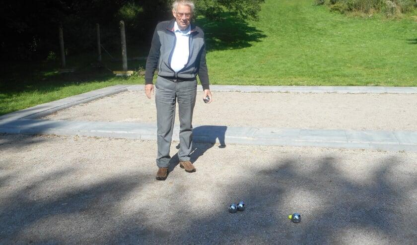 <p>Voorzitter Piet Segers van Wijs met je Wijk Centrum op de nieuwe jeu de boulesbaan in het Dragonderpark</p>