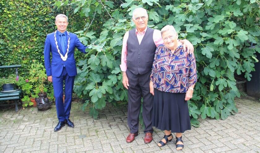 <p>Mino en Lenie Cotugno werden thuis gefeliciteerd door burgemeester Huub Hieltjes van de gemeente Duiven.</p>