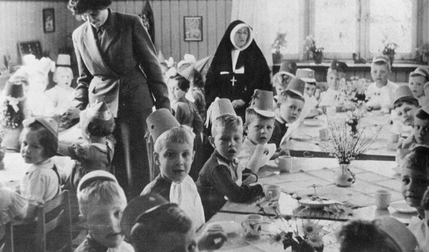 <p>Kleuterschool St. Jan Baptist Oerle. Zuster Emerentia en juffrouw Nellie Ras - Brouwers (1954).</p>