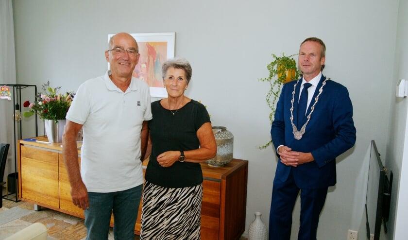 <p>Michel en Joke Wolf kregen op de dag van hun gouden bruiloft felicitaties van locoburgemeester Johannes Goossen van Duiven.</p>