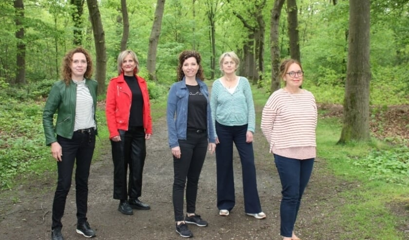 <p>Team Informele Zorg Kalorama v.l.n.r. Sandra, Monique, Bonny, Cily en Karin</p>