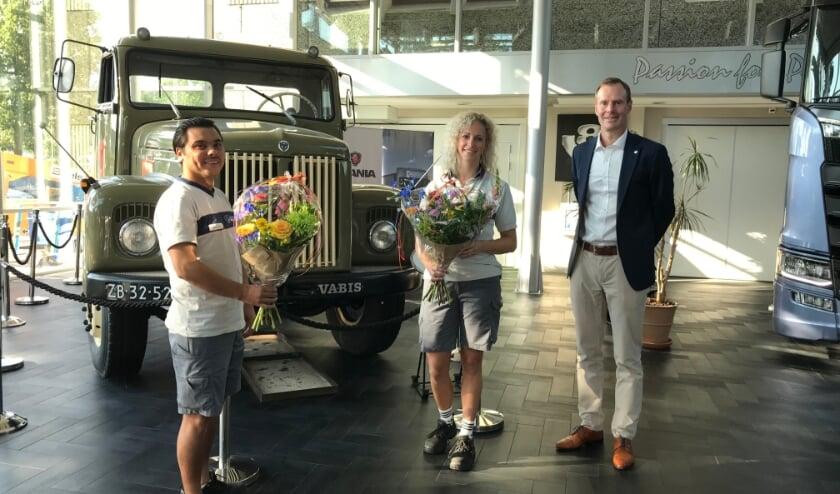 <p>Johan Uhlin (Algemeen Directeur) feliciteert twee medewerkers met hun vaste contract.&nbsp;</p>