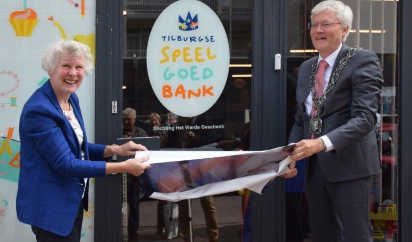 <p>Door het zichtbaar maken van het logo opende burgemeester Theo Weterings de Tilburgse Speelgoedbank. Hij kreeg daarbij assistentie van voorzitter Hennie van Schooten van de Stichting Het Vierde Geschenk.&nbsp;</p>