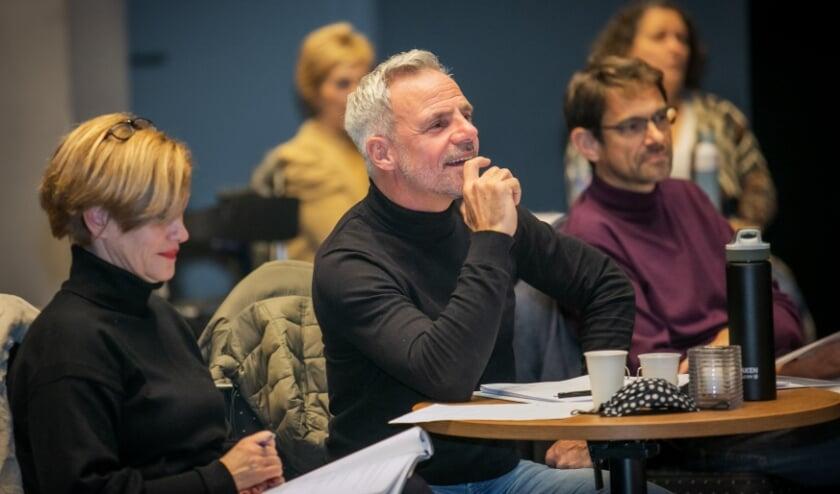 <p>Regisseur en tekstschrijver Peter van Aar met zijn collega Dorette Ploegmakers, regie-assistente.</p>