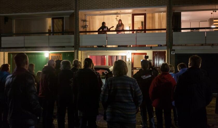 <p>Artiesten treden op vanaf het balkon tijdens Nacht van de Ommetjes.</p>