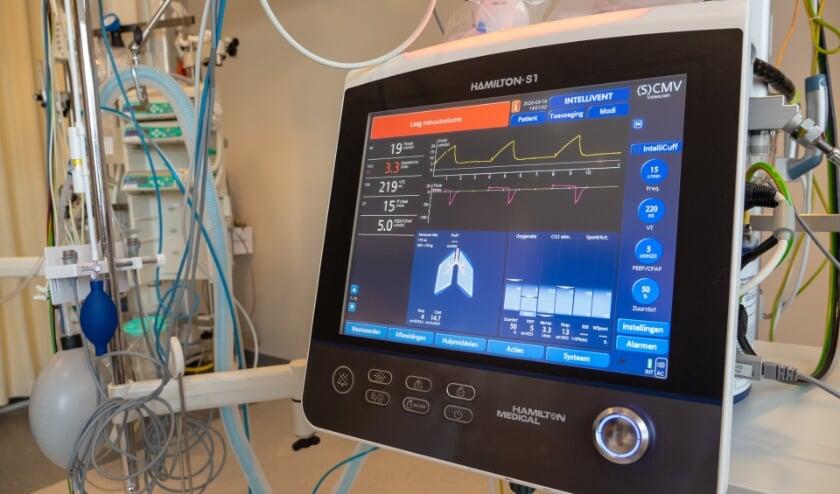 <p>Een di&euml;tiste van het M&aacute;xima MC en een fysiotherapeut van het Catharina Ziekenhuis geven tekst en uitleg spierziekte. (Foto: Catharina Ziekenhuis).</p>