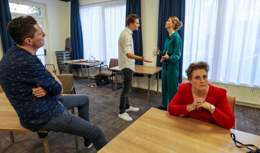 <p>Momentopname van een repetitie van de Veldhovense toneelkunstenaars bij MVK.&nbsp;</p>