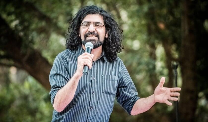 <p>Hermes Ahmadi praat de avond aan elkaar en ontvangt meerdere gasten tijdens de Rock & Comedy Show in PopEi. (Foto: Mikel Neij).&nbsp;</p>