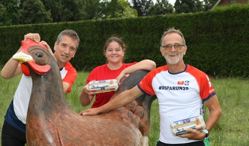 <p>Geert Bruns (links), Laura de Jongh en Toon Hooyman van het 'Liemers for Life'-team prijzen de scharreleierenverkoop aan.&nbsp;</p>