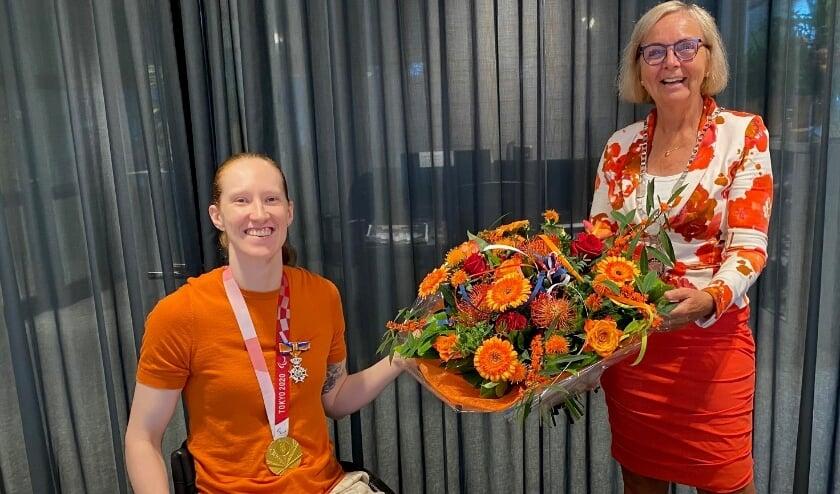 <p>Ilse Arts &nbsp;en burgemeester Marijke van Beek.&nbsp;&nbsp;</p>