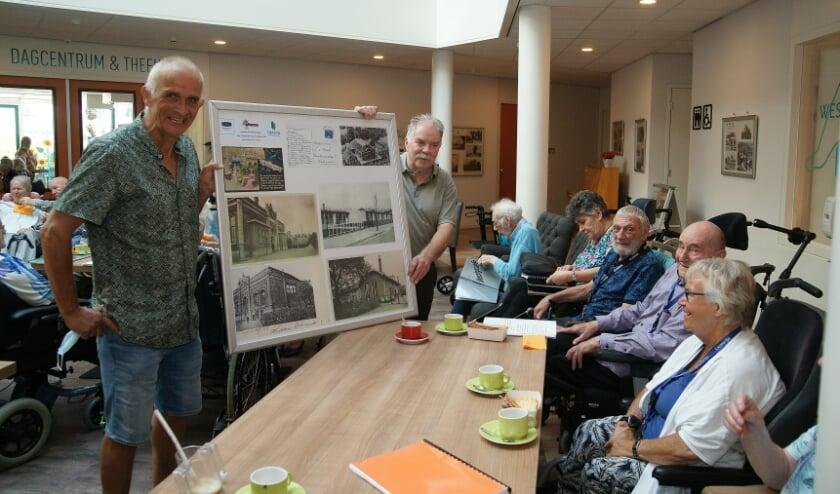 <p>John Kemper (links) en Frans Brink tijdens de opening van de expositie.</p>