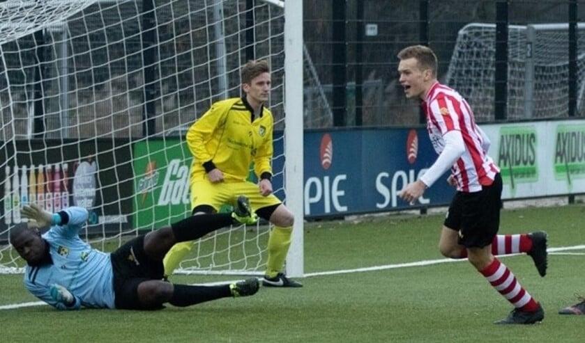 Yannick van der Sman heeft net de 2-1 binnen gekopt, de keeper ligt nog verslagen op de grond