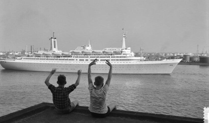 Twee kinderen zien het ss Rotterdam uitvaren. ('Fotocollectie Anefo Harry Pot')