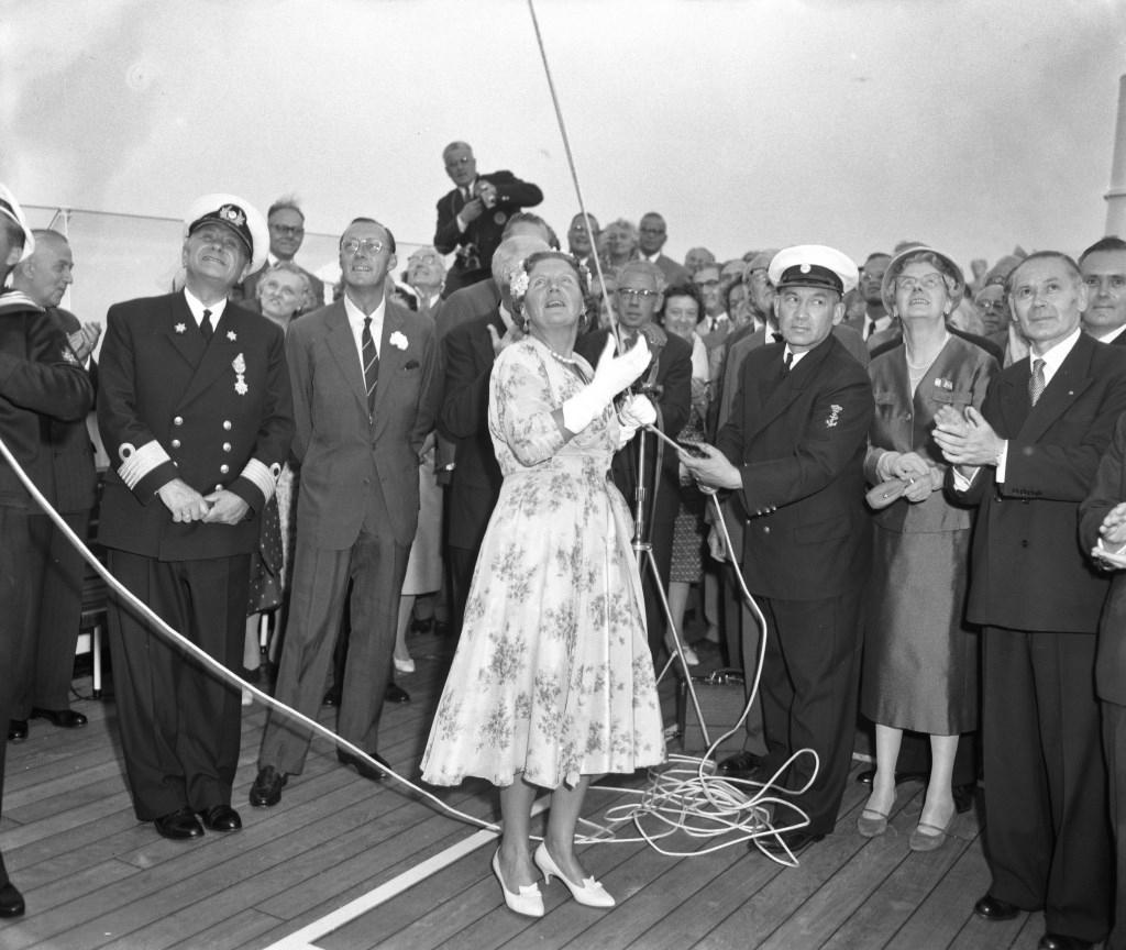 Koningin Juliana hijst de vlag tijdens de officiële proefvaart. (Fotocollectie Anefo Herbert Behrens')  © rotterdam