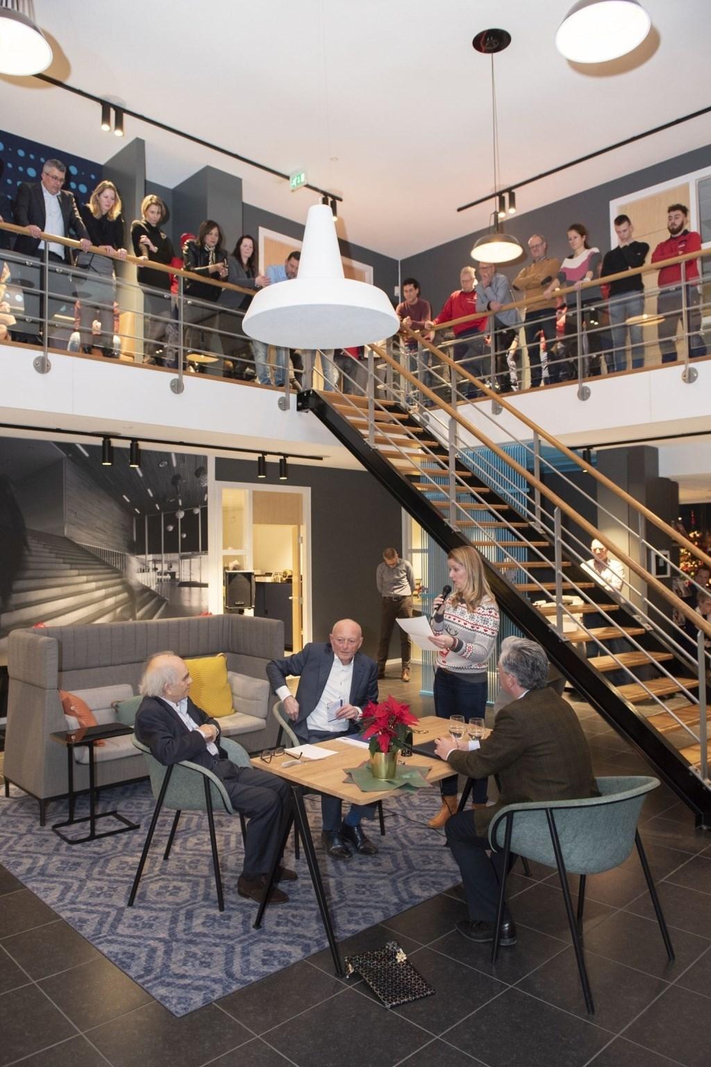 De laatste fase in de verzelfstandiging van Endenburg vindt plaats onder toeziend oog van alle medewerkers en de notaris. Foto: Beguin Media Totaal / Michel Groen © rotterdam