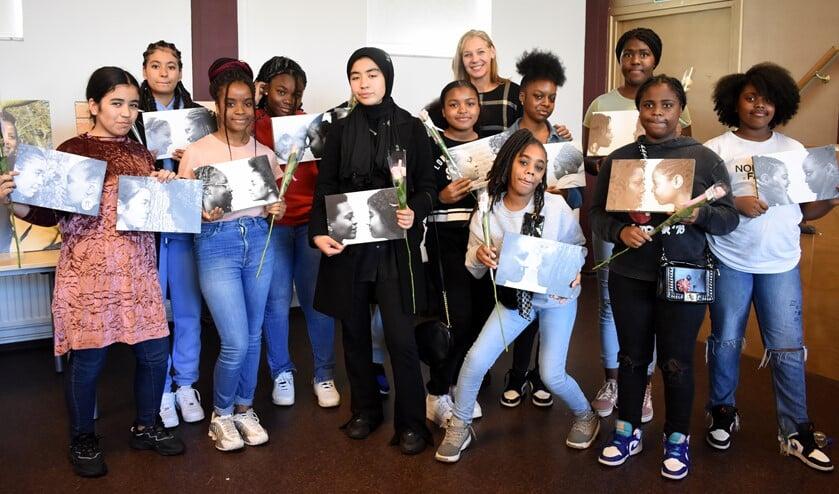 <p>Meiden uit Schiebroek-Zuid &nbsp;bij de opening van de expositie met 30 portetten van jonge meiden en hun rolmodellen over opgroeien, kansen en toekomstdromen. Foto: pr</p>