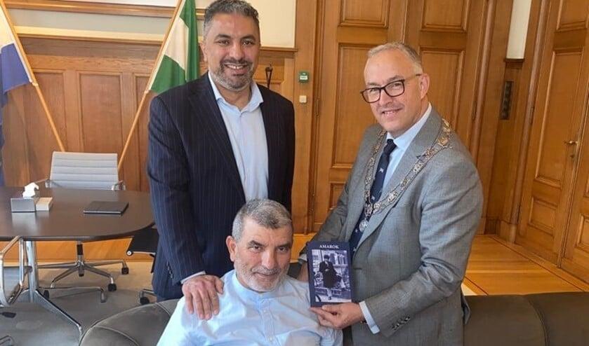 <p>Burgemeester Aboutaleb ontvangt schrijver Mounhim Tahtahi en zijn vader Abderrahmane. Foto: pr</p>
