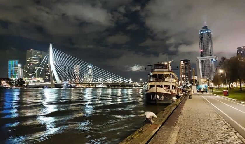 Op de Zalmhaventoren werd gisteren de lichtshow van deze week geoefend. Foto: RTM XL