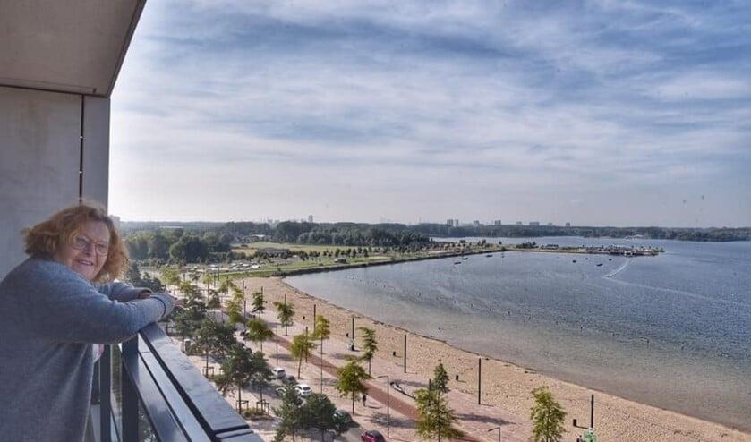 Uitzicht over strand en plas.