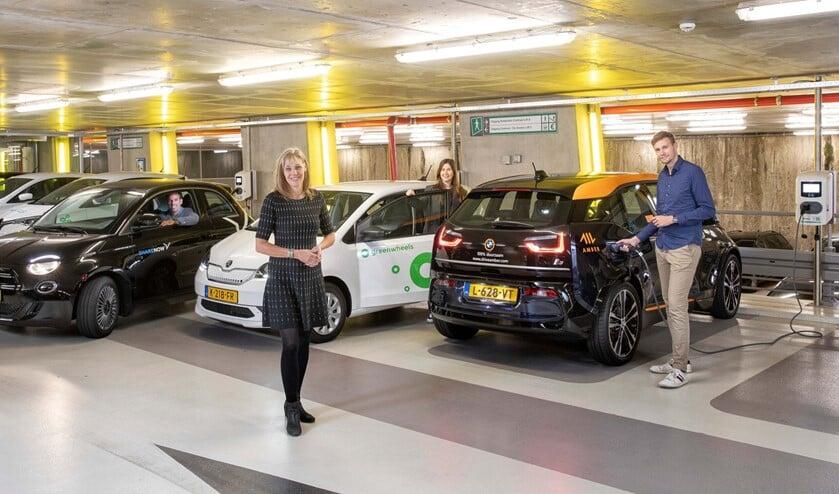 <p>De deelauto&#39;s van drie aanbieders zijn in ieder geval &eacute;&eacute;n jaar in de garage beschikbaar. Foto: Eric Fecken</p>