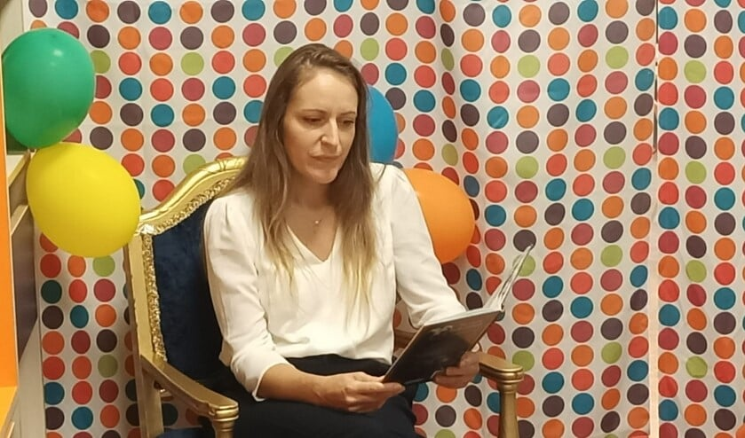 Directrice Renata Jablanovic leest voor in de nieuwe bibliotheek.
