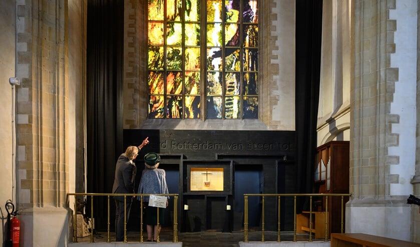<p>Prinses Beatrix krijgt van Wubbo Tempel (voorzitter stichting Laurenskerk) nadere informatie over en toelichting op het raam &#39;Vrede & Verzoening&#39; dat in de Rotterdamse Laurenskerk officieel door de prinses werd onthuld. Foto: Aart Sliedrecht</p>