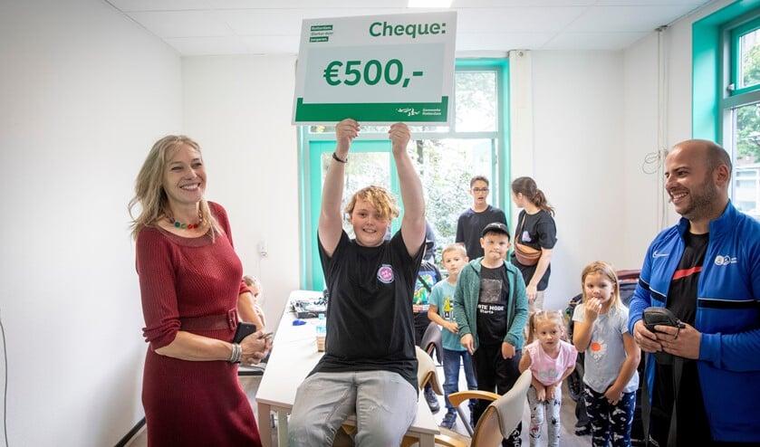 <p>Namens de jongeren in de wijk nam Rinaldo een cheque van 500 euro in ontvangst van wethouder Bokhove.</p>