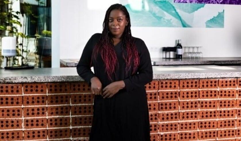 <p>Manuela Goncalves Tavares in Het Nieuwe Caf&eacute;. Foto: Elvan &Uuml;nl&uuml;<br><br></p>