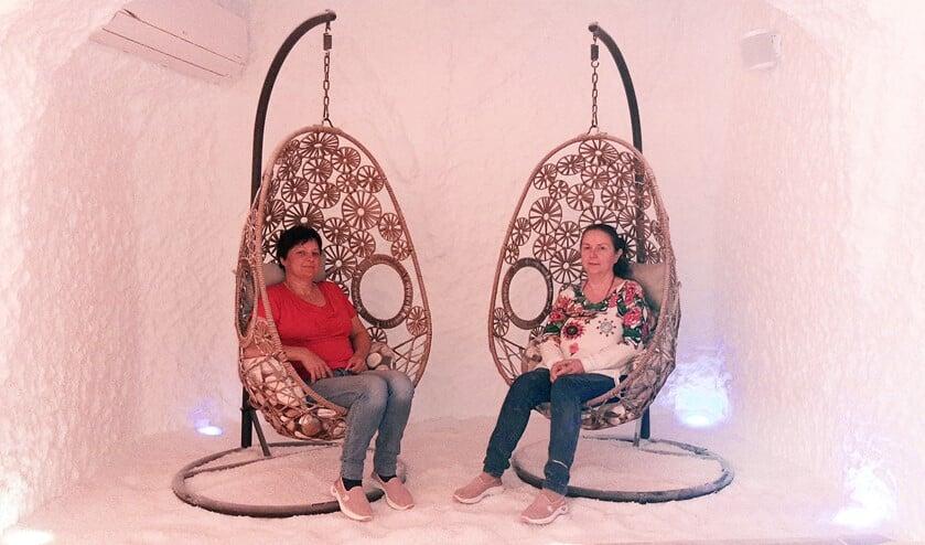 <p>Zsuzsanna (l) en Maria (r) in een van de zoutkamers, ge&iuml;nspireerd op de oude zoutgrotten. Alle muren zijn bedekt met zout..</p>