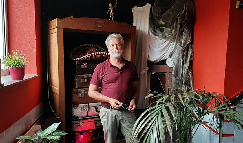 <p>Dick Oskamp bij achtergebleven decorstukken in Theater 't Kapelletje.</p>
