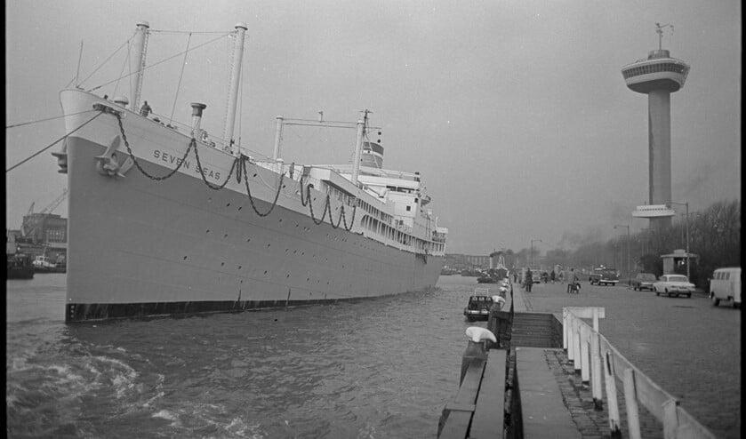<p>Passagiersschip Seven Seas wordt in de Parkhaven aangemeerd op 16 november 1966. Zo&#39;n 250 studenten komen in de hutten te wonen.<br>(Zwart-wit foto&#39;s: Stadsarchief/Collectie Ary Groeneveld)</p>