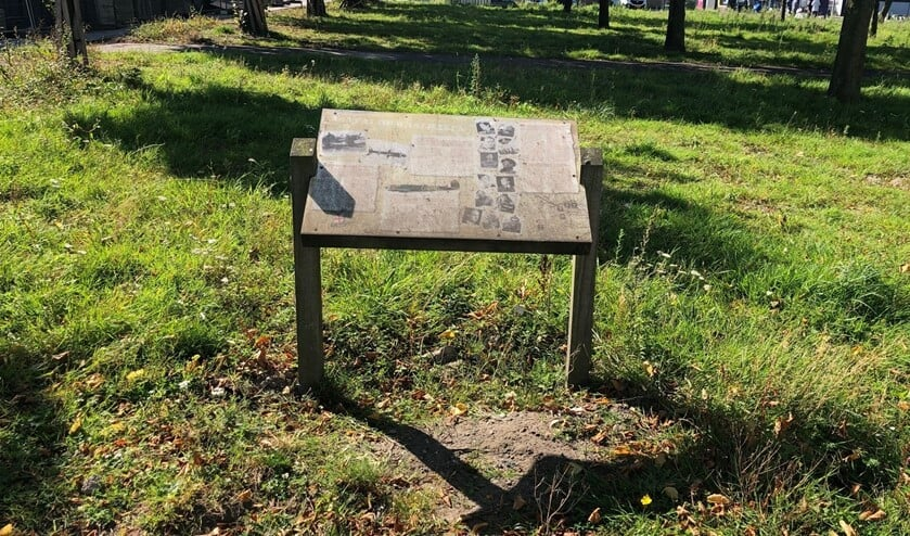 <p>De gedenkplaat op Waalhaven-Zuid: de tekst is nauwelijks meer te lezen en de locatie ziet er onverzorgd uit. Foto: Peter Zoetmulder</p>