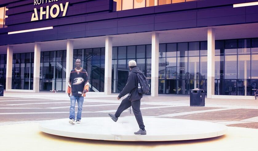 <p>Alfred en Rish lopen op Turntable tot er een beat uitkomt. Foto: Parisa Akbarzadehpoladi&nbsp;</p>