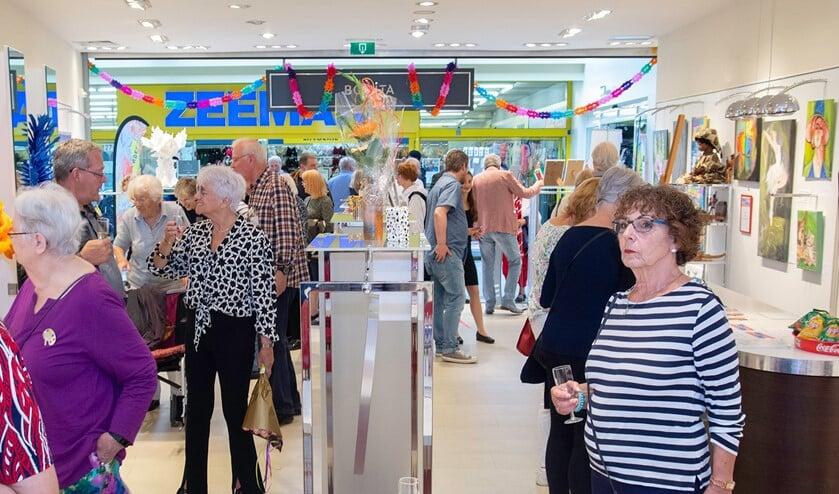 <p>Met een pop-up expositieruimte in het Ommoordse Winkelcentrum Binnenhof is er weer een extra expositie-mogelijkheid toegevoegd aan de activiteiten van de Kunstkring. Foto: Henk de Jong</p>