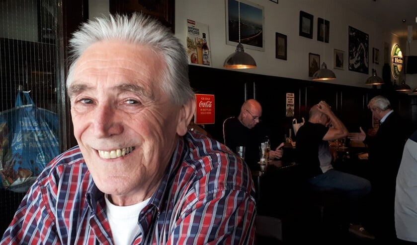 <p>John van der Pol in zijn stamkroeg, waar hij samen met Trudy en vrienden vele leuke momenten heeft beleefd. Foto: Joop van der Hor</p>