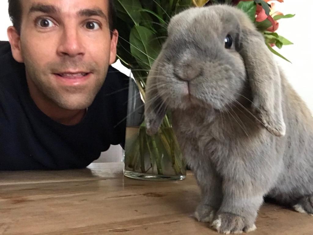 Mijn man Niels met ons konijn Frenkie! (Elke Smits)  © deMooiLaarbeekkrant