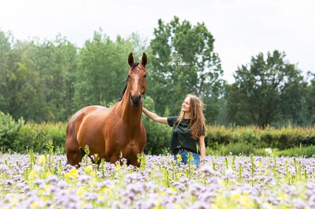 Ik stuur deze foto van mijn huisdier, mijn paard Happy. Happy is mijn rustpunt van de dag. Bij haar voel ik me altijd heerlijk ontspannen. Ik zou haar voor geen goud meer willen missen.  (Anne)  © deMooiLaarbeekkrant