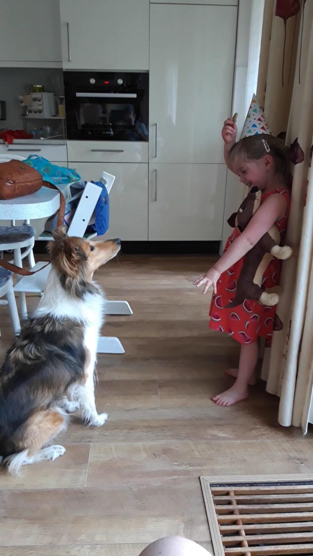 Sanne viert de verjaardag van ronja. Met dierendag wordt het vast weer feest! (Marieke Engels)  © deMooiLaarbeekkrant