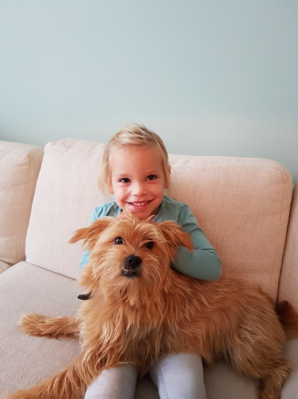 Mila Wilms met haar hondje Mex (Ilse Wilms-Brouwers)  © deMooiLaarbeekkrant