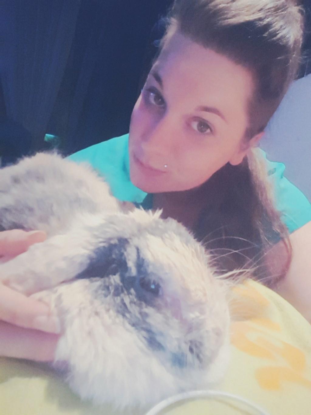 Dit ben ik met mijn konijn Stampertje (Linsey Kweens)  © deMooiLaarbeekkrant