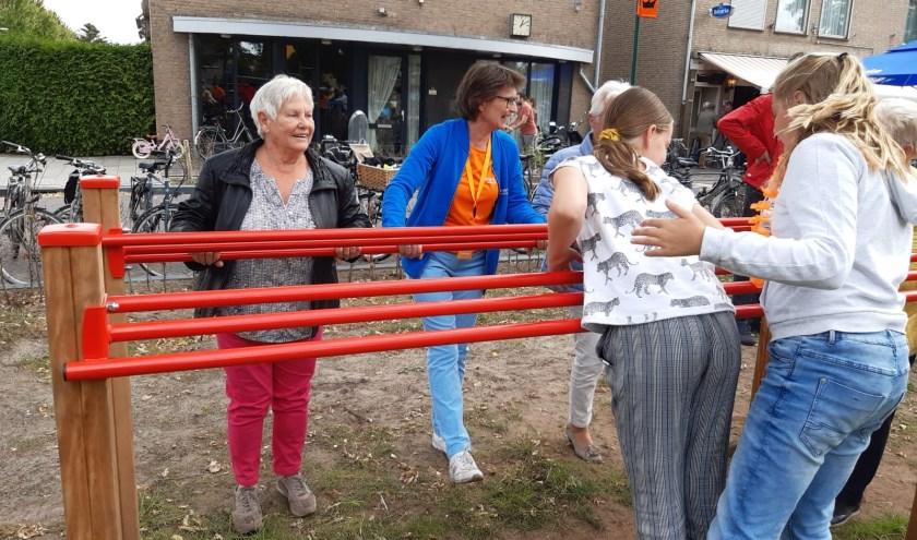 Beweegtoestellen voor jong en oud op het Oranjeplein   | Fotonummer: 92fce8